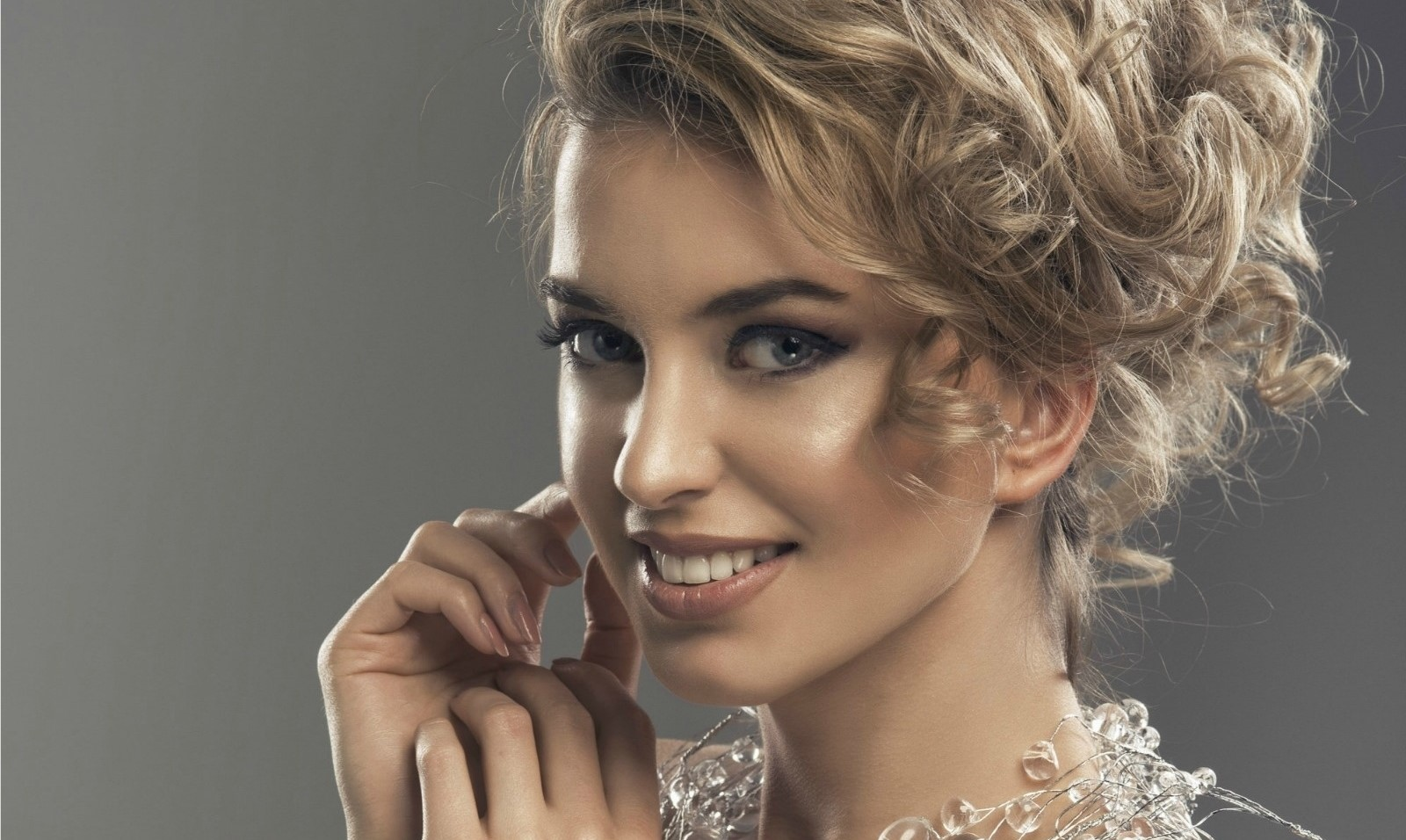 Easy-to-follow tutorial on jewellery makeup
